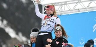 Ariane Raedler es alzada por sus compatriotas Michaela Heider y Nina Oertlieb en un podio del descenso que fue enteramente austriaco. FOTO: Gustavo Subilibia