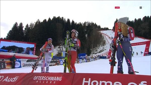 Mowinckel, rodeada de Rebensburg y Shiffrin en el podio