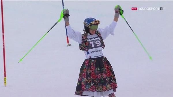 Veronika Velez Zuzulova se despidió de la competición en la primera manga del slalom de Ofterschwang, que realizó vestida con el traje típico de su país