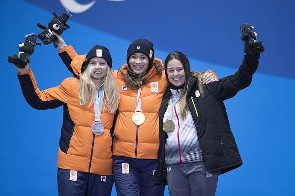 En el podio de Pyeongchang junto a las holandesas Bibian Mentel-Spee, oro, y Lisa Bunschoten, plata FOTO: Mikael Helsing