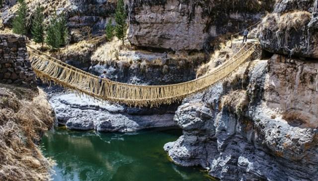 Puente Queshuachaca reconstruido por las cuatro comunidades quechuas a 3.700 m.s.n.m. en el departamento de Cusco.