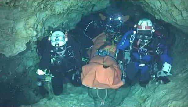Los buzos trasladan niño por niño a la salida de la cueva