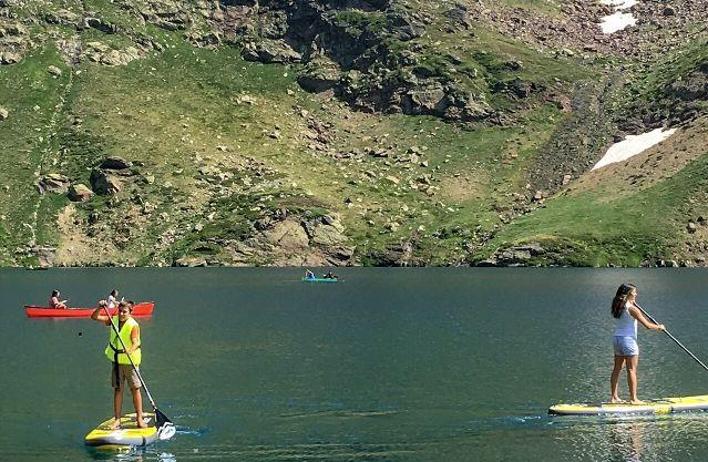 Los senderistas tienen la oportunidad de remar en el lago natural 'Més Amunt'
