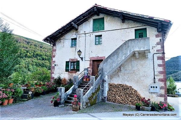 En Eremua se encuentras paisajes mágicos como la antigua Fábrica de Armas de Eugi del siglo XIX FOTO: Mayayo/Carrerasdemontaña.com