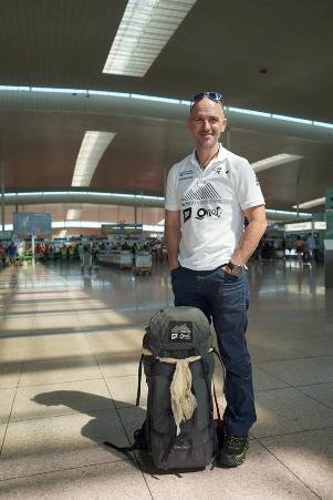 El alpinista en el aeropuerto este jueves de camino a Nepal