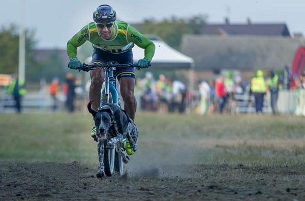 Victor Carrasco fue el vencedor en bikejoring hombres senior. FOTO: Iwona Na-Ska