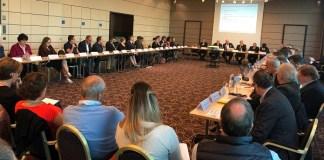 Detalle de una de las reuniones que mantuvo la FIS la semana pasada en Zurich