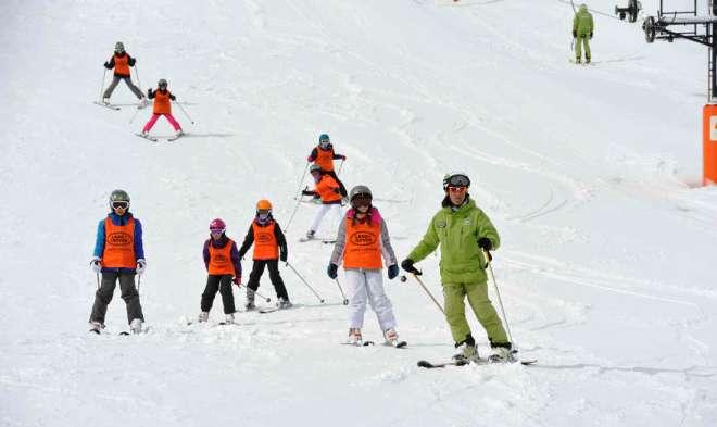 Un grupo de niños en la pasada edición de la Campaña Esquí Escolar en las pistas de Cerler