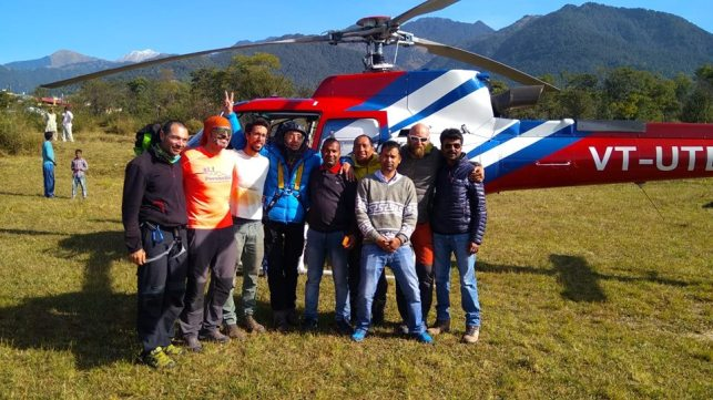 Bernal con sus amigos después del rescate en el Himalaya