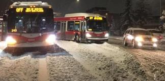 Calgary quedó atrapada por una nevada récord durante la noche