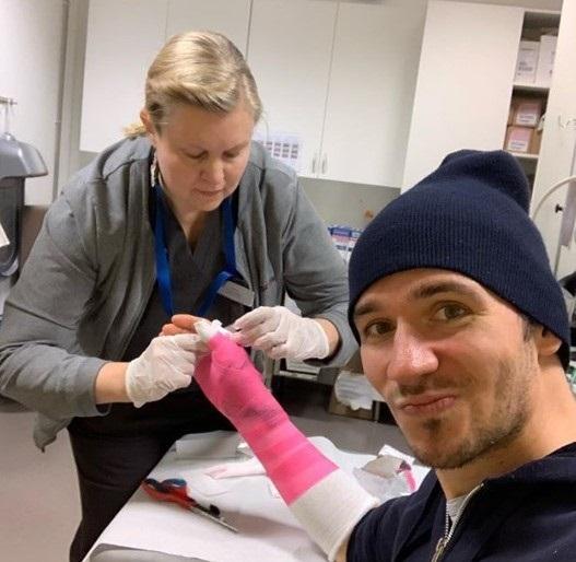 Neureuther ha colgado en su cuenta de Instagram una foto recibiendo los primeros cuidados tras lesionarse el pulgar