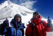 """Yuichiro Miura, a la derecha, junto a su hijo Gota, en el campamento C4 de camino a su tercer subida al Everest FOTO: """"AFP PHOTO / MIURA DOLPHINS"""""""