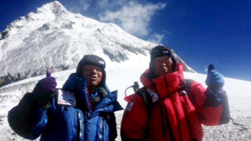 Yuichiro Miura, a la derecha, junto a su hijo Gota, en el campamento C4 de camino a su tercer subida al Everest FOTO: