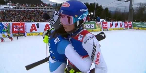 Shiffrin saluda a Petra Vlhova, que se está revelando como su rival más directa esta temporada.