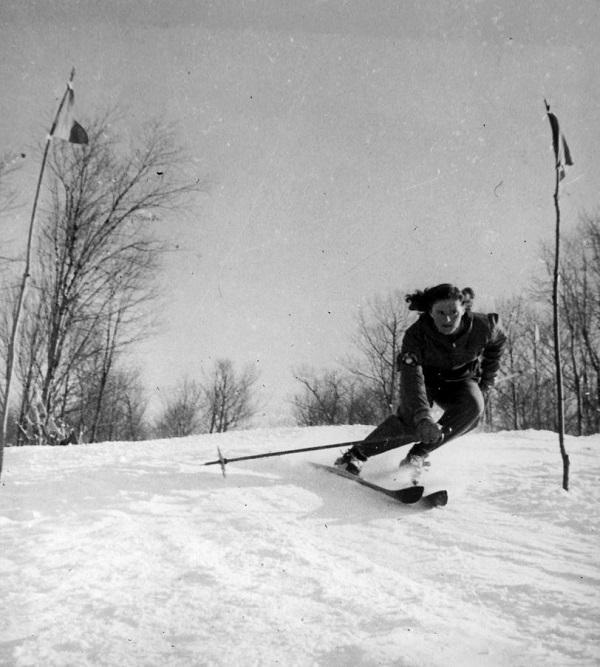 Rhoda pasando palos en un slalom en Collingwood, Ontario, en 1943. FOTO: Facebook Wurteletwins
