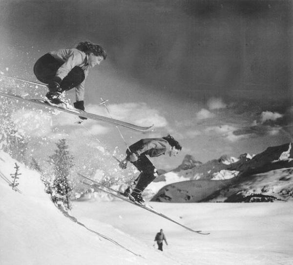 Rhona y Rhoda Wurtele esquiando en Banff en 1946. FOTO: Facebook Wurteletwins