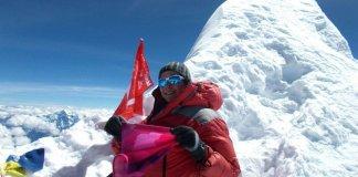 La alpinista en la cima del MansaluLa alpinista en la cima del Mansalu