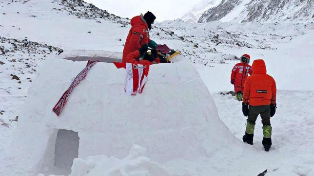 Alex Txikon y su equipo, en el campamento del K2. Efe