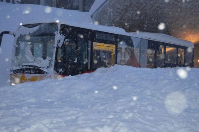 Un autobús del Swiss Post estaba medio enterrado por la avalancha de 300 metros de ancho. Fotografía: Kantonspolizei Appenzell Ausserrhoden