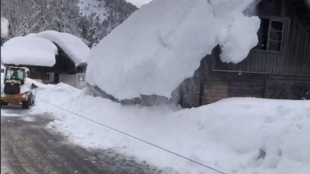 Caída de nieve de un tejado