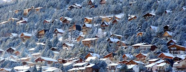 Al centro del acogedor pueblo se puede llegar esquiando.
