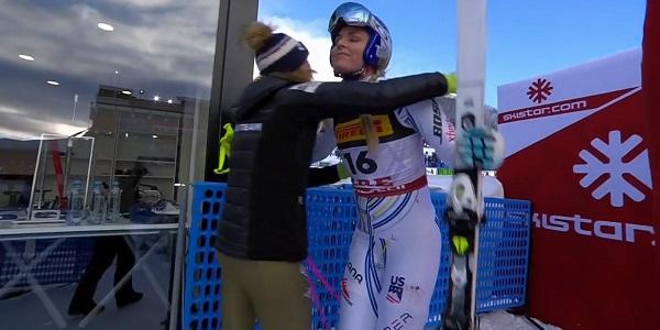Lindsey Vonn recibe el abrazo de Mikaela Shiffrin al llegar a meta tras sufrir la caída.
