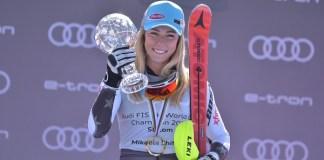 Mikaela Shiffrin exhibe su Globo de slalom tras haber ganado el de Soldeu. FOTO: Toni Grases @photoset.es