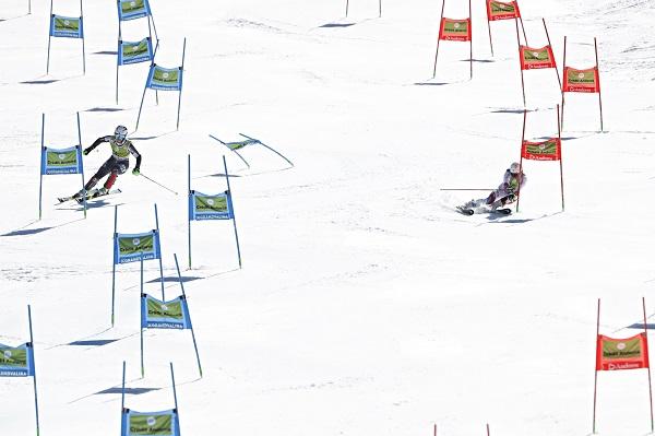 Mina Fuerst Holtmann y Wendy Holdener en plena disputa de la final de la prueba por equipos. FOTO: Alexis Boichard/Agence Zoom