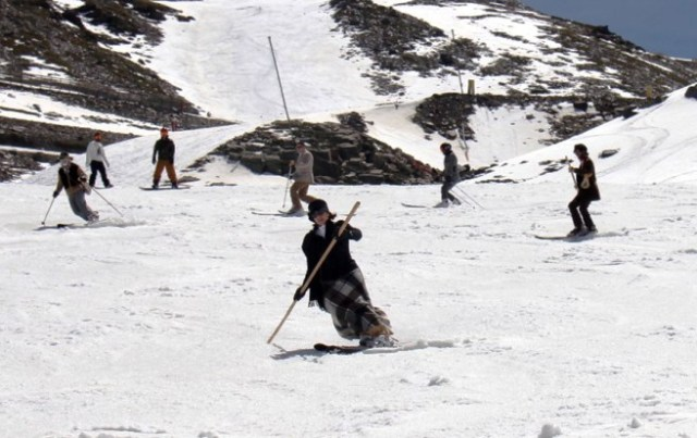 Esquiadores de época durante el descenso
