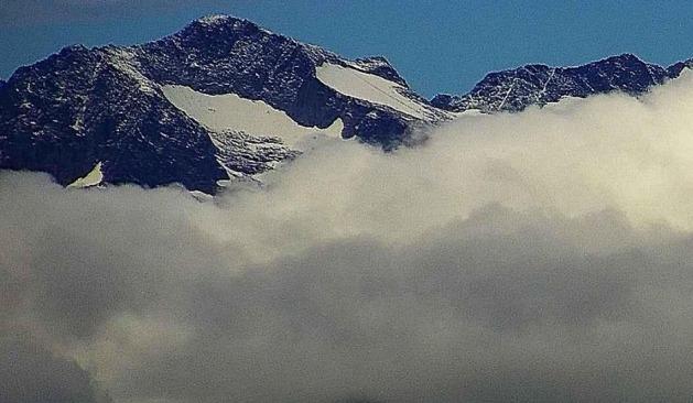 Una vista del Aneto con una ligera capa de nieve recién caída