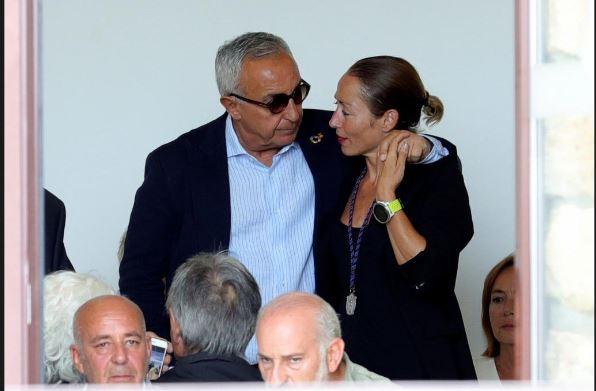 Alejandro Blanco abraza a Paula, hija del campeón olímpico Paquito Fernández Ochoa
