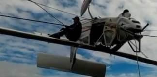 El pasajero quedó colgado sobre el ala de la avioneta
