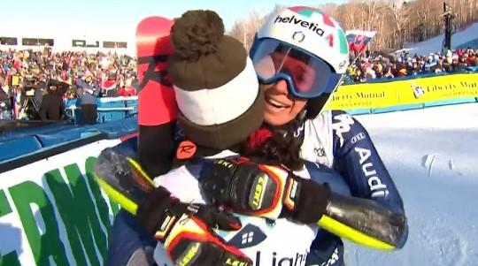 Marta Bassino y Federica Brignone se funden en un abrazo tras llegar a meta la esquiadora de Cuneo.