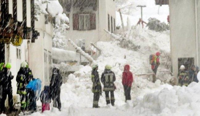 Así quedaba una de las calles de Martello (Sud Tirol) este domingo tras el alud de nieve