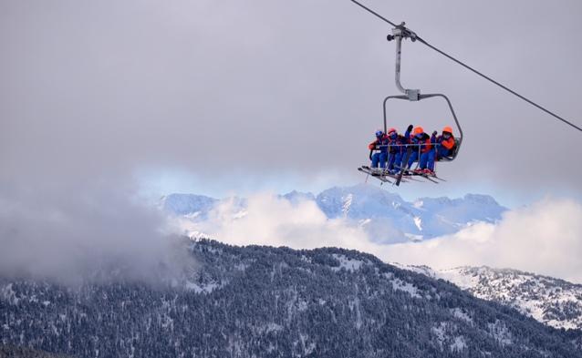 Los esquiadores van habitualmente con buff, guantes y gafas