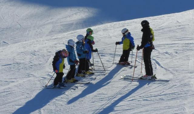 Un grupo de niños disfrutando de la nieve de Boí Taüll