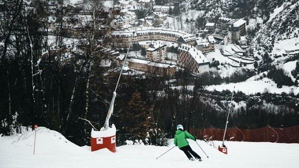 La estación de Panticosa está a ocho km del Balneario y se puede llegar esquiando hasta el mismo pueblo.