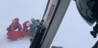 Un momento del rescate de uno de los montañeros
