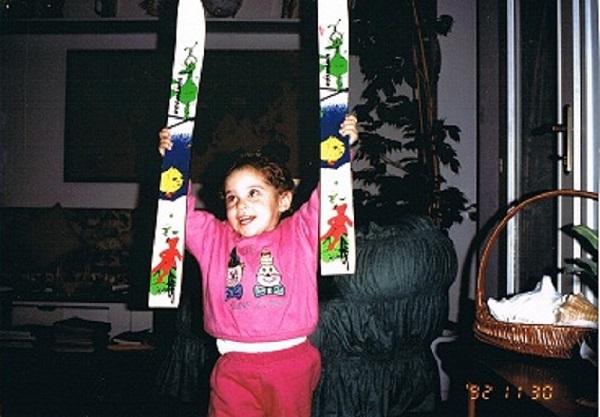 Con sus primeros esquís a los dos años y medio. FOTO: https://www.federicabrignone.com