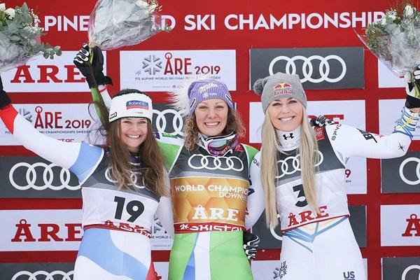 Ilka Stuhec en el podio del descenso de Are 2019 tras revalidar su título de campeona del mundo, junto a Corinne Suter, plata, y Lindsey Vonn, bronce.