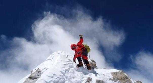 El alpinista catalán a punto de coronar la cima