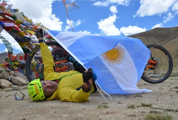 Jean Maggi subió al Himalaya en bicicleta. FOTO: Twitter J.M.
