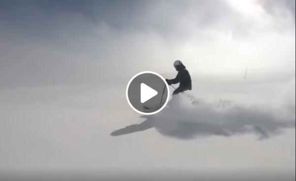 Un esquiador estena la nieve recién caída