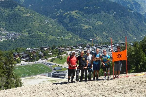 Técnicos del equipo francés inspeccionaron el jueves pasado el trazado del descenso del Mundial de 2023. FOTO: courchevelmeribel2023.com