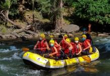 Un grupo de rafting por las aguas del Noguera Pallaresa