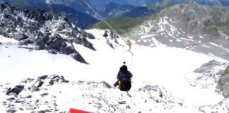 Una chica sobre el glaciar Tortin entre Mont-Fort y Les Gentianes