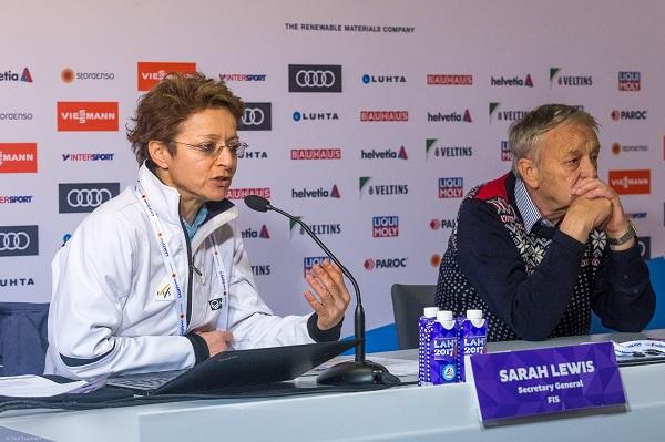 Sarah Lewis junto a Gian-Franco Kasper, cuya relación ha ido deteriorándose hasta concluir con el cese de la británica.