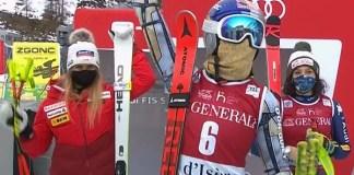 Ester Ledecka saluda desde el podio, con Suter y Brignone al fondo, después de ganar el super G de Val d'Isère.