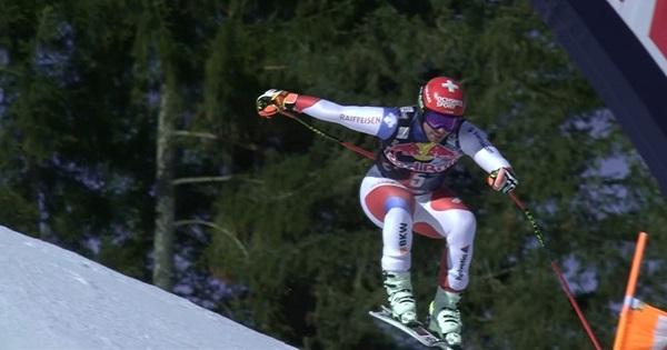 Beat Feuz ha sido el más rápido en un primer descenso en la Streif lleno de incidentes.