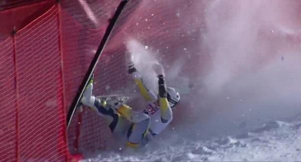 Kajsa Vickhoff Lie se estrella contra las redes. Evacuada en helicóptero, lo mismo que Rosina Schneeberger algo después, da por despedida la temporada.